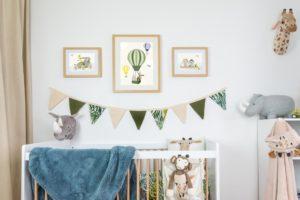 Trois affiches sur le thème savane dans une chambre d'enfant